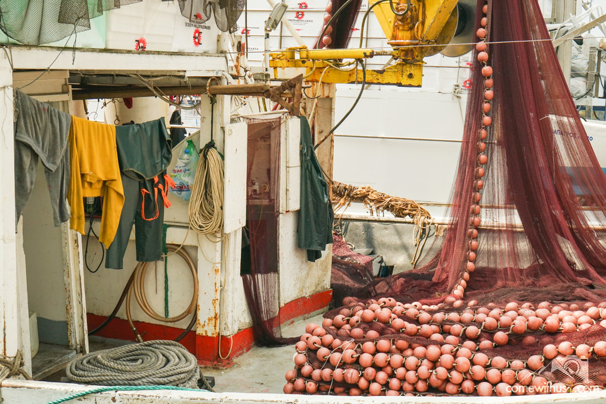 Regenkleidung hängt zum Trocknen auf Fischkutter - Kavala besichtigen