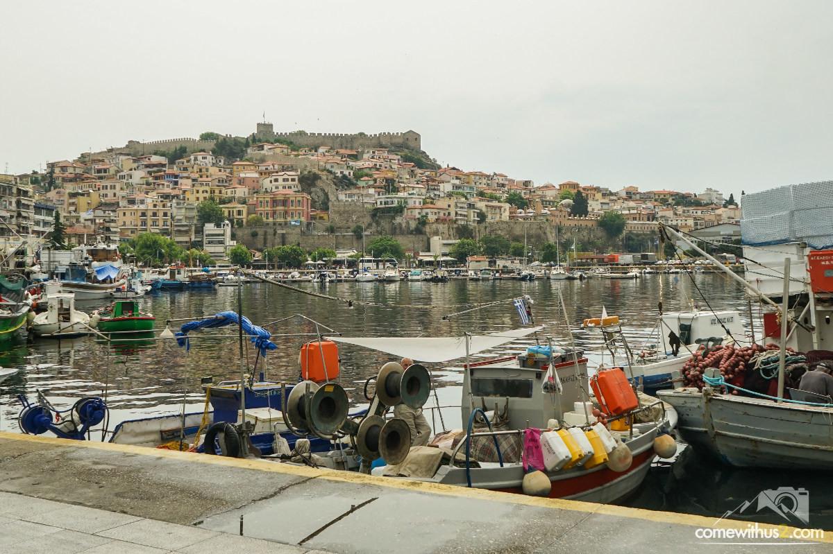 Fischerboote, Hafenbucht, Hügel mit Wohnhäusern darauf die Burg - Kavala besichtigen