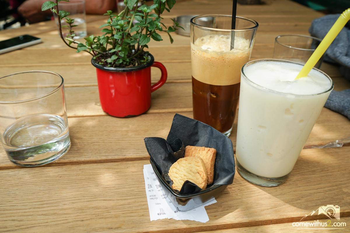 Die zwei Getränke im Glas, Kekse, Pflanze - Kaffee in Griechenland, Kavala