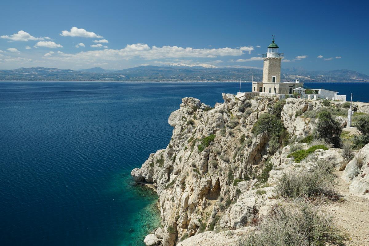 Leuchtturm auf Klippen, blaues Meer - Korinth