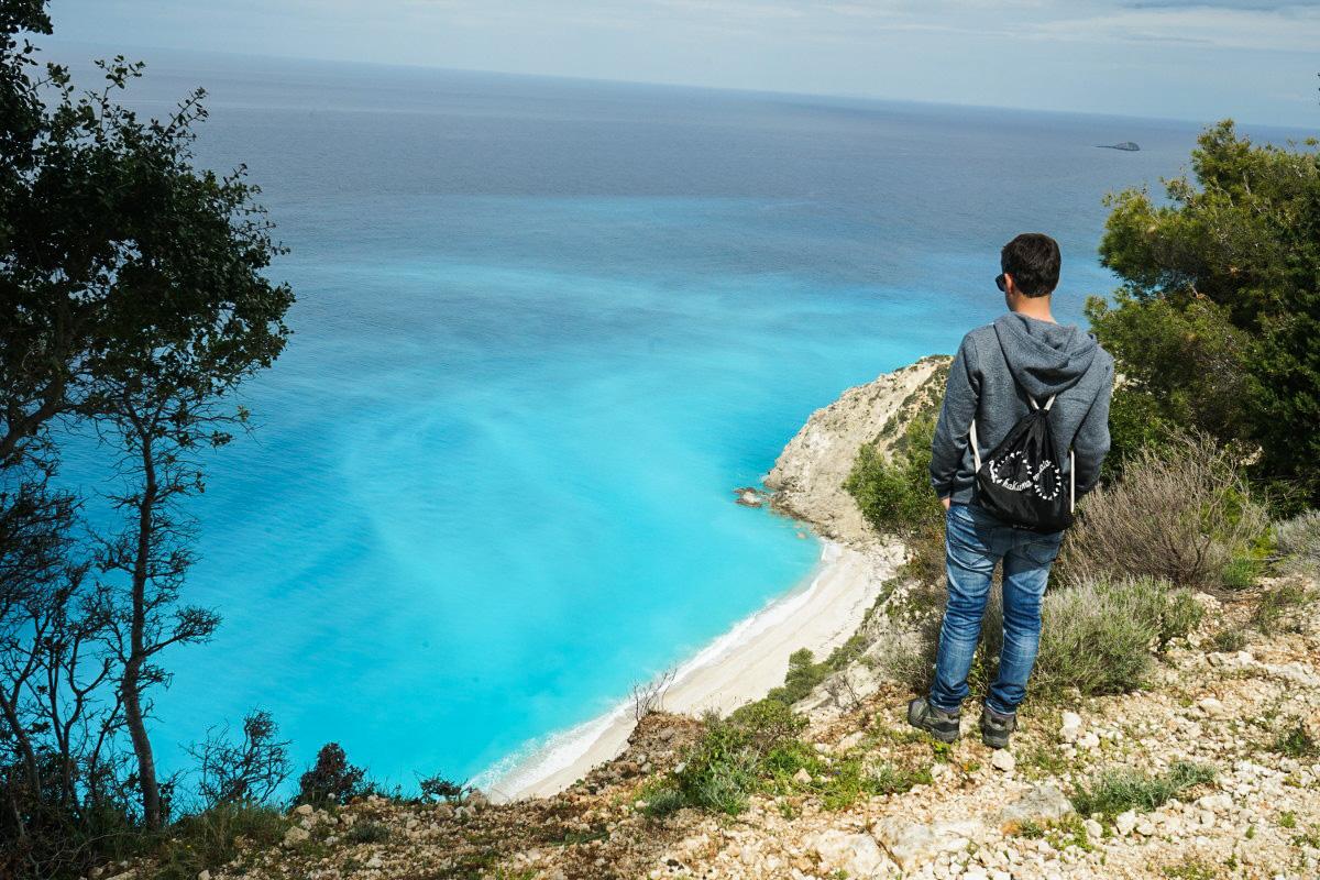 Lui auf Klippe, darunter weisser Strand, türkisfarbenes Meer - Sehenswürdigkeiten Lefkada