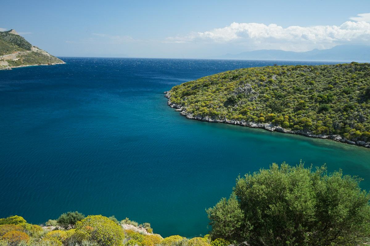 blaues Meer, grüne Felsen - Griechenland