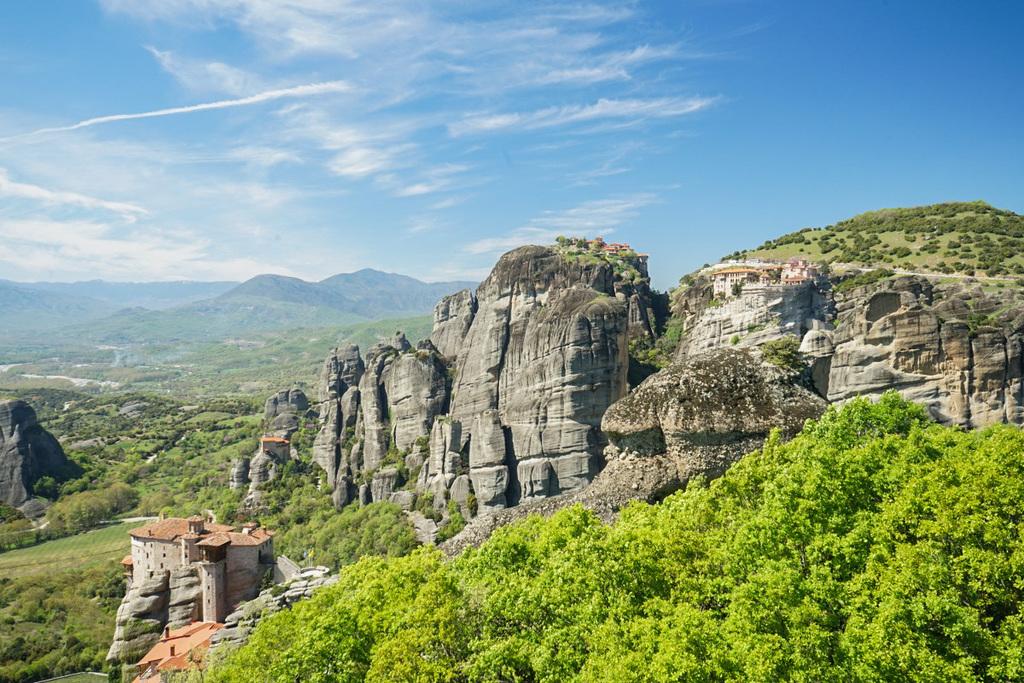 Felsen darauf Klosteranlagen, Meteora Klöster Griechenaldn
