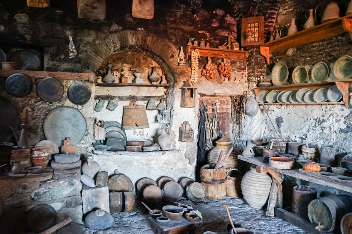 Raum mit Küchengeräten aus Ton und Feuerstelle, Meteora Kloster