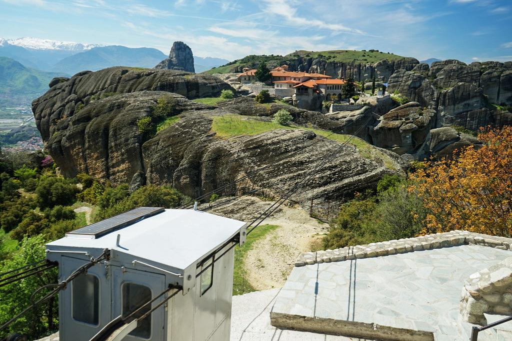 Kleine Seilbahn dahinter Kloster, Meteora Kloster