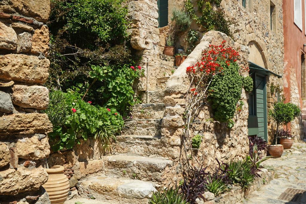 Steinerner Treppenaufgang zum Haus mit vielen Blumen - Monemvasia besichtigen
