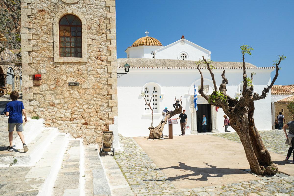 Steinerner Kirchturm, weisse kleine Kirche, Baum - Monemvasia besichtigen