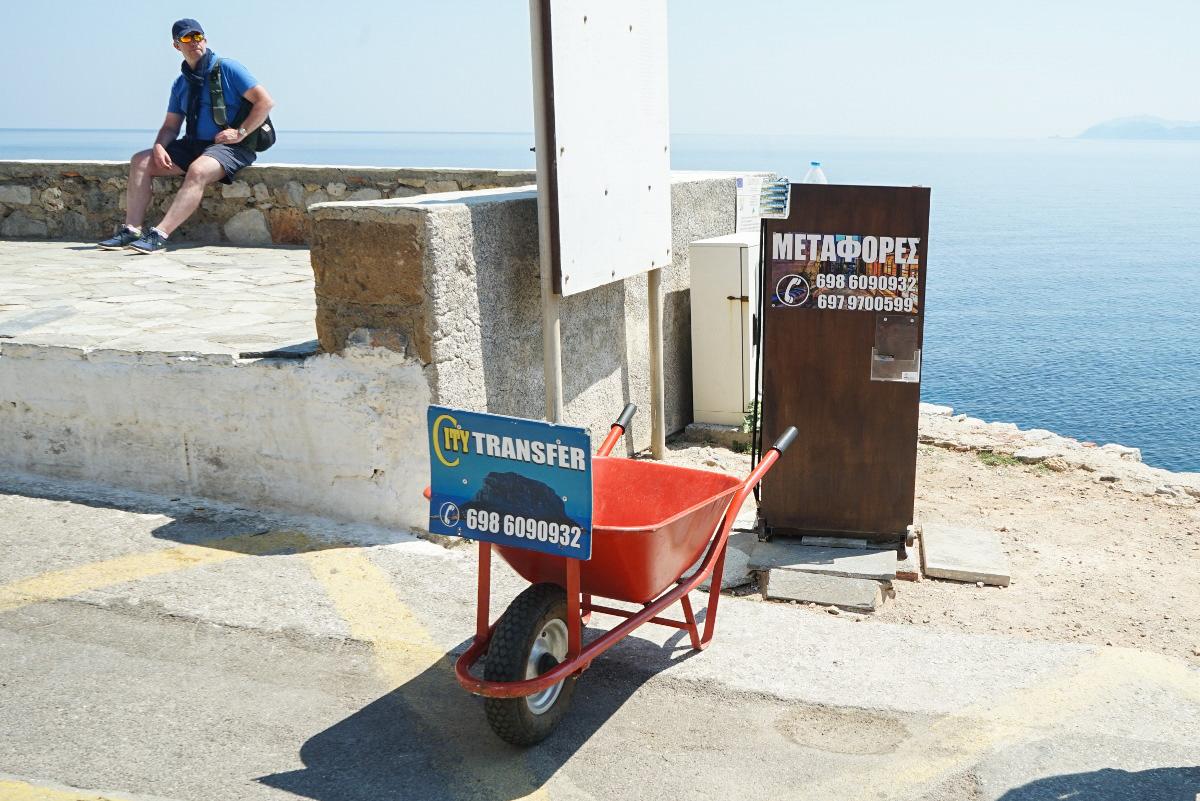 Schubkarre mit Schild Transfer für Gepäckservice zum Hotel - Monemvasia besichtigen
