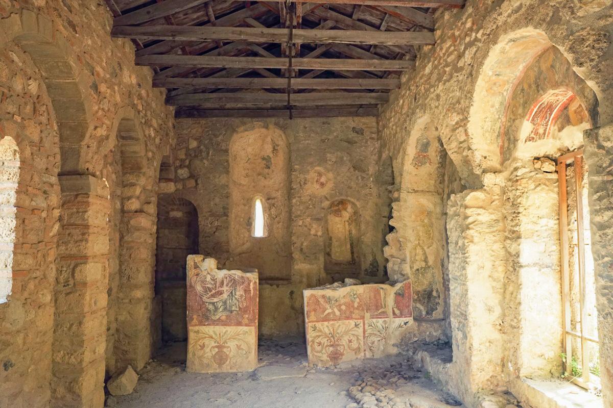Holzdach, Steinmauern, bemalter Altar, Mystras