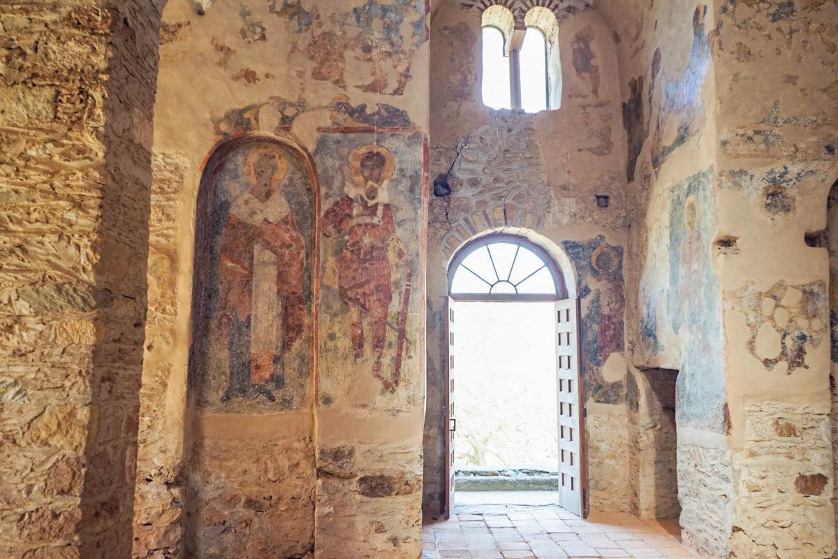 Wandmalereien an Steinwänden in Kirche, Mystras
