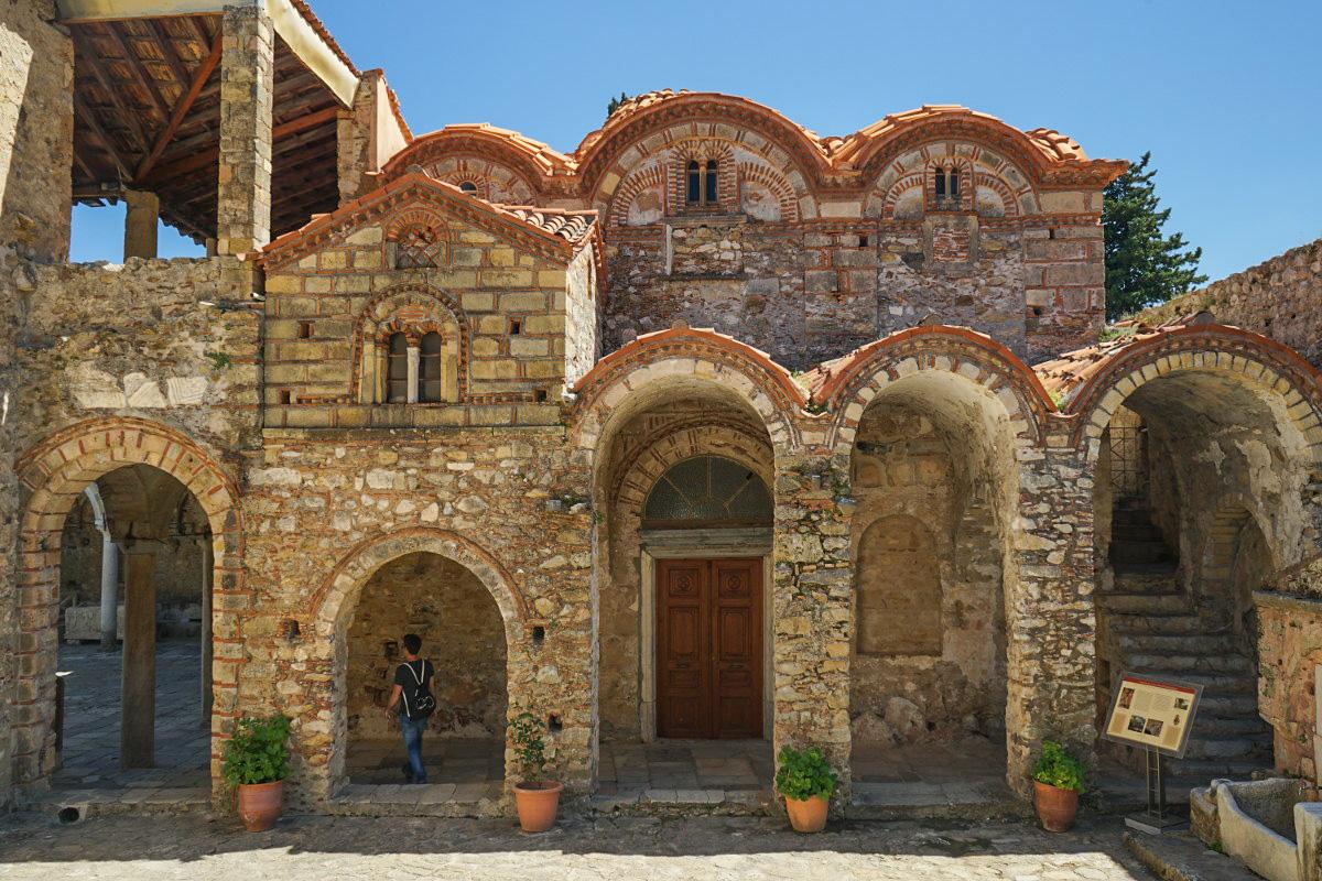 Frontalansicht steinernes Gebäude mit Bögen, Mystras, Griechenland entdecken