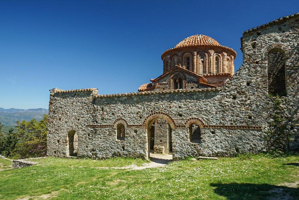 Steinmauern vor Kirche, Mystras, Griechenland