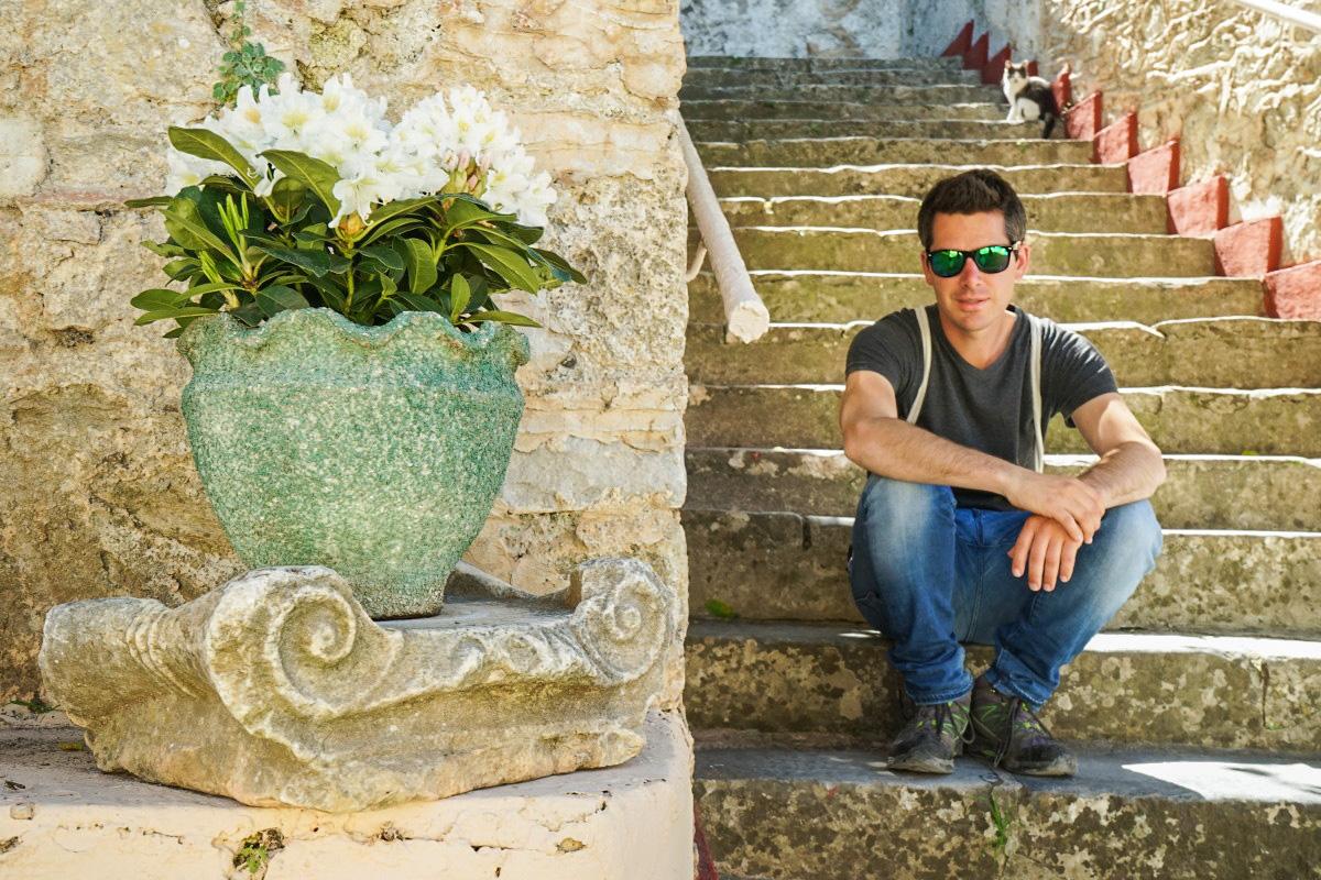 Lui auf Treppe, Mystras, Griechenland