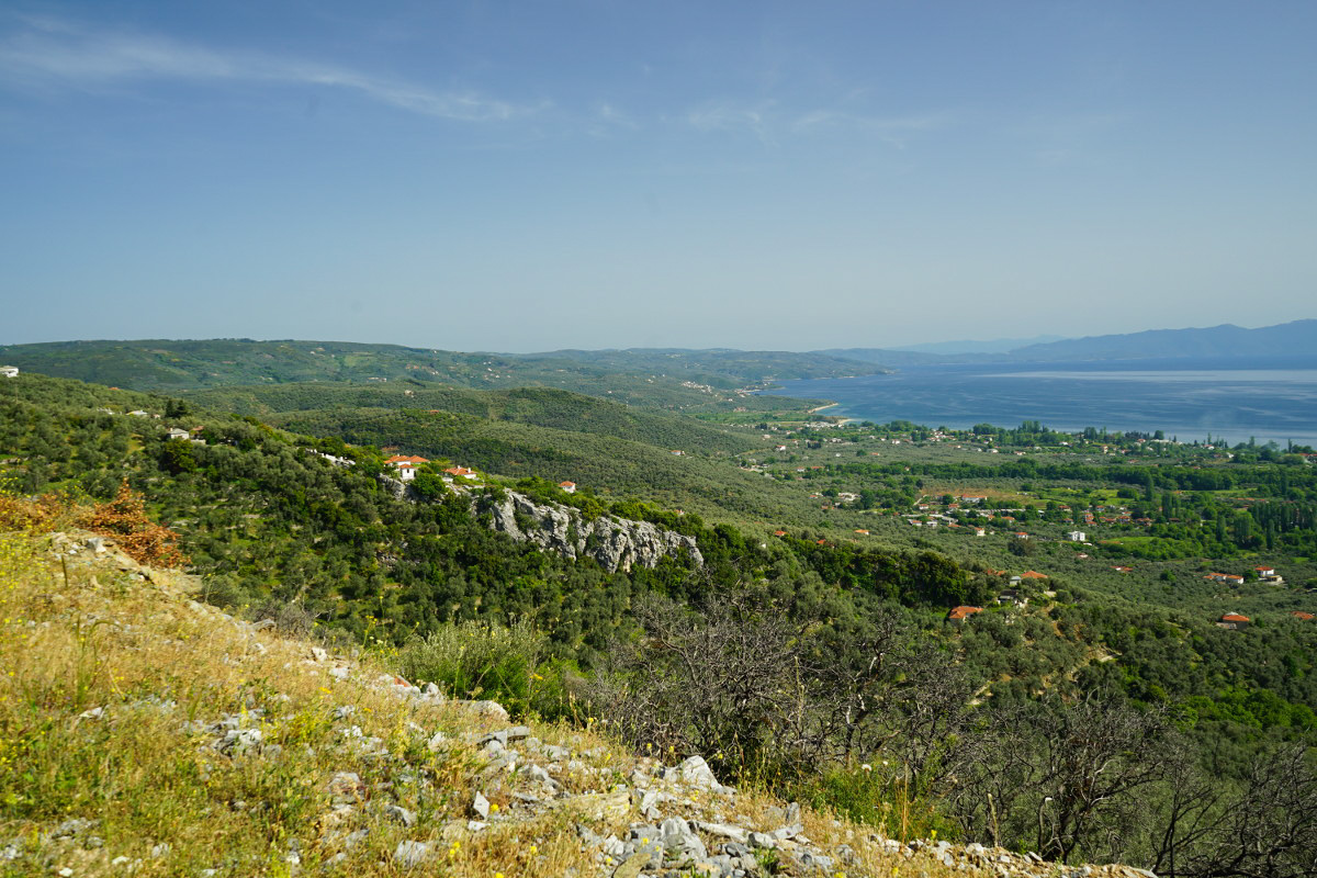 Aussicht über grüne Hügel, Küstenort und Meer, Schienenwanderung, Pelion, Pilion, Griechenland