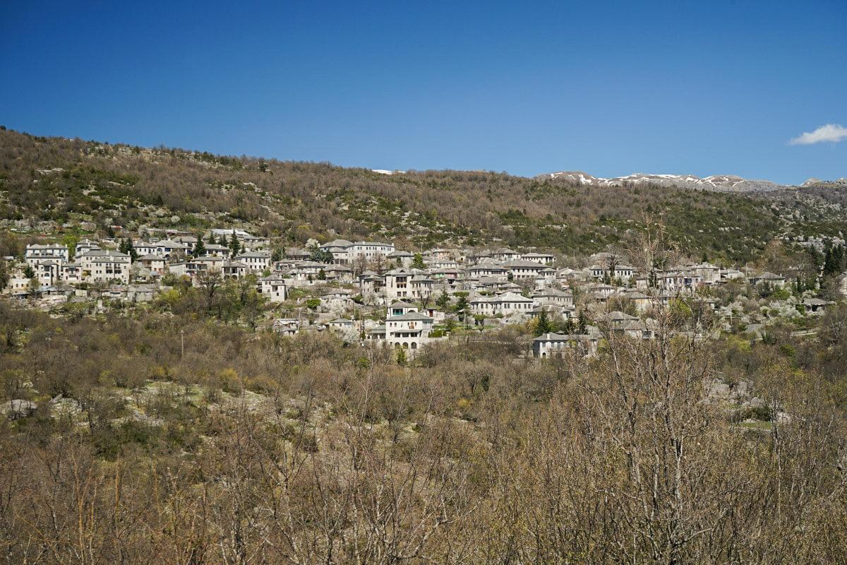 Steinerne Häuser in Berghang gebautDie Vikos Schlucht - Blick Richtung Monodendri, Aussichtspunkt Oxya.