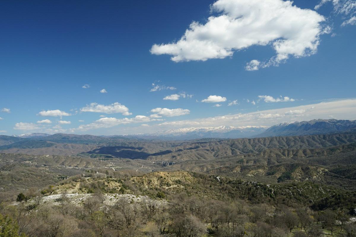 Ebene mit Hügeln und Bergen, blauer Himmel, Vikos Schlucht, Vikos Canyon, Geheimtipps Griechenland