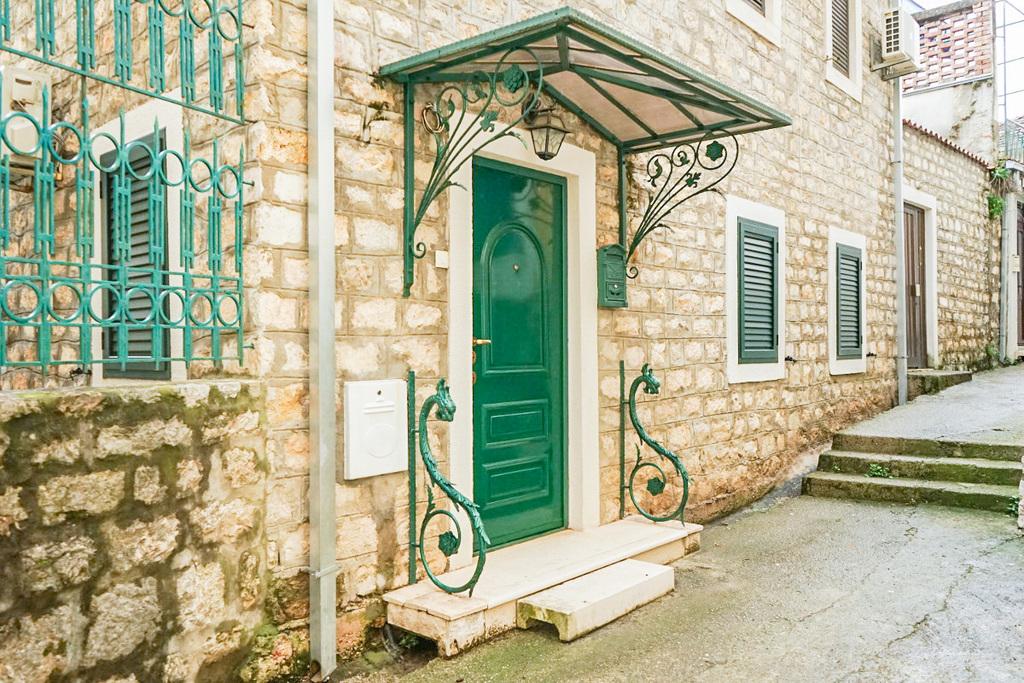 Grüne Drachen neben grüner Haustüre - Herceg Novi, Montenegro