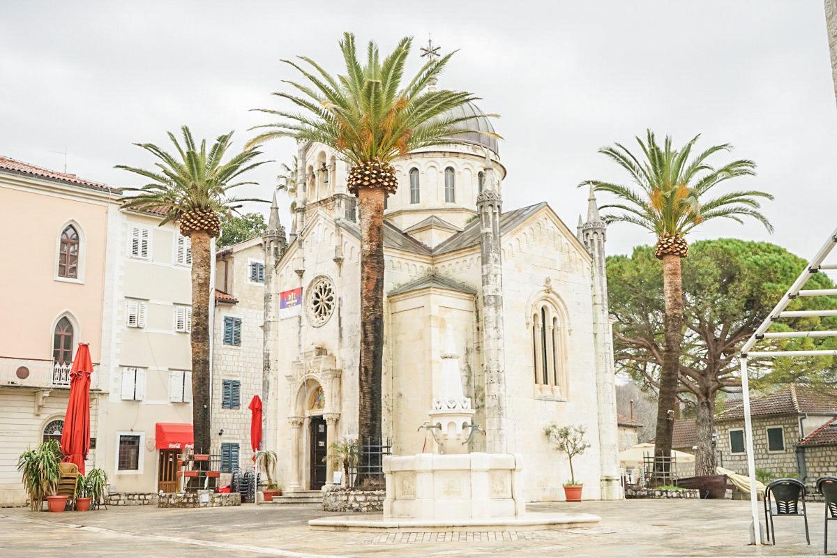 Kirche umgeben von 4 Palmen - Stadtrundgang Herceg Novi