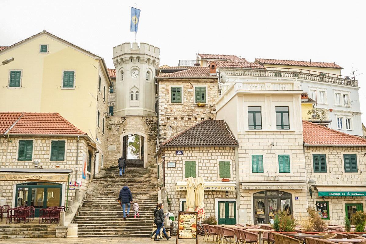 Platz, Treppe zwischen den Häusern und Tor unter Turm - Herceg Novi - Montenegro