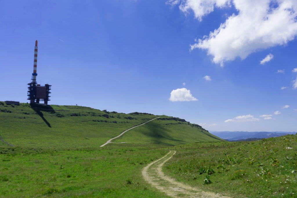 Weite Ebene mit Handyantenne - Wandern in der Schweiz / Kurztrip Schweiz