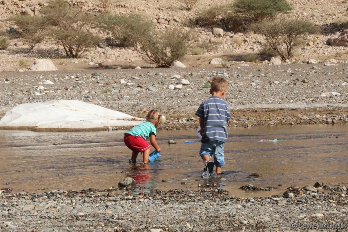 Kinder spielen im Fluss