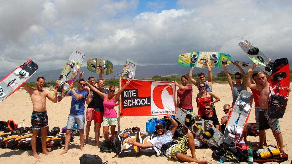 viele Leute mit Kitesurf-Ausrüstung am Strand - Kitesurfen in Tarifa