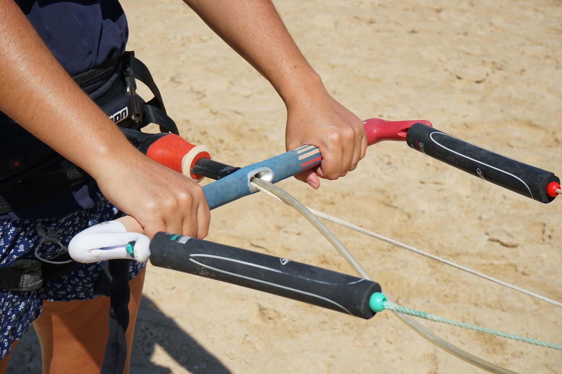 Lenkbar fest umklammert - Kitesurfen in Tarifa