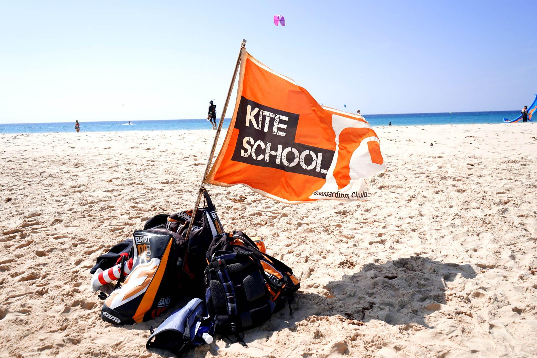 Flagge Kite School mit Ausrüstung am Strand - Kitesurfen in Tarifa