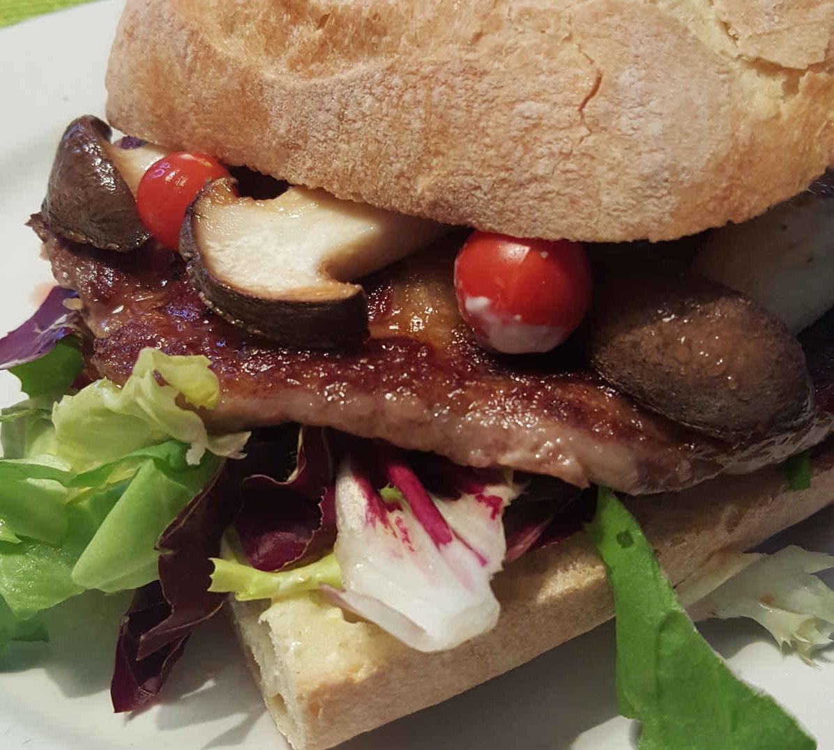 Kochen unterwegs Sandwich mit Steak, Steinpilzen, Tomaten etc.