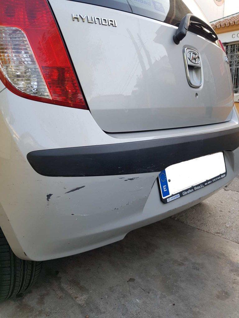 Kotflügel eines silbernen Autos mit zahlreichen Kratzern - Rundreise Andalusien