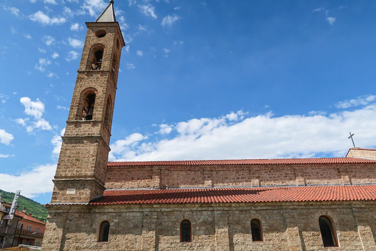 Einfache römisch-katholische Kirche mit Glockenturm in Prizren