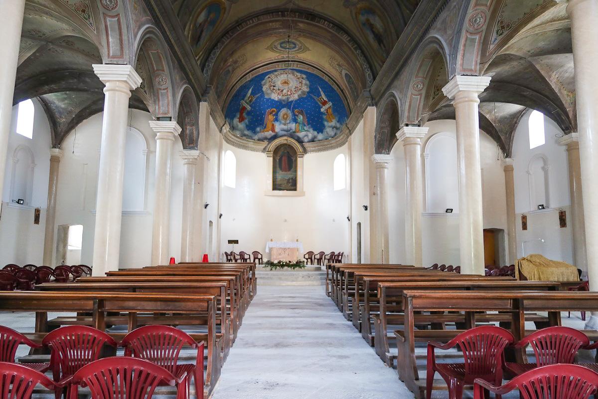 Schlichter Innenausbau des Hauptschiffes der Kirche
