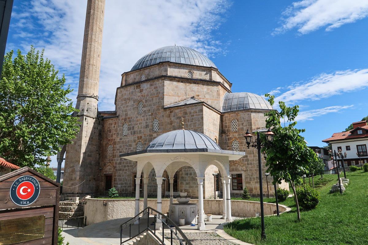 Der Innenhof der Moschee mit der Grünanlage - Kosovo bereisen
