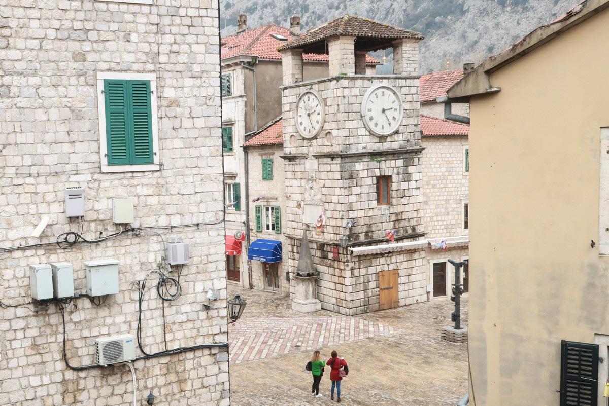 Steinerner Kirchturm mit Uhr - Kotor, Montenegro