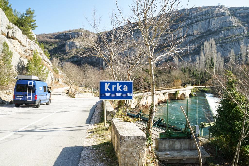 Camper, blaues Schild Krka, Brücke - Krka Nationalpark