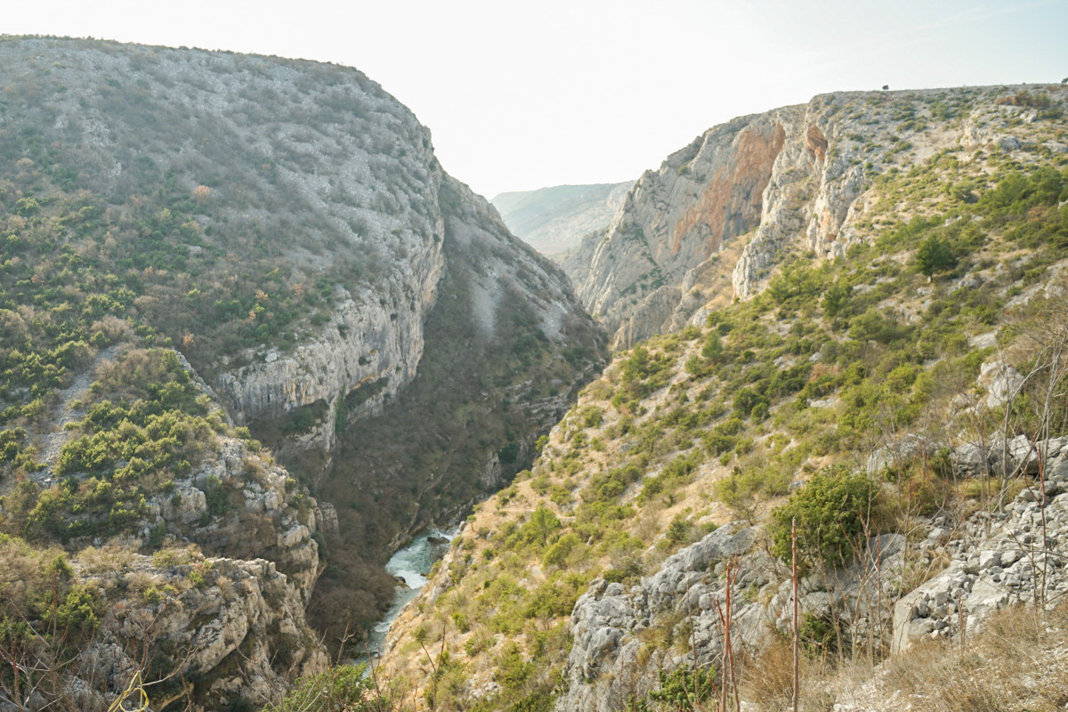 Tiefe Schlucht mit Fluss - Krka Nationalpark