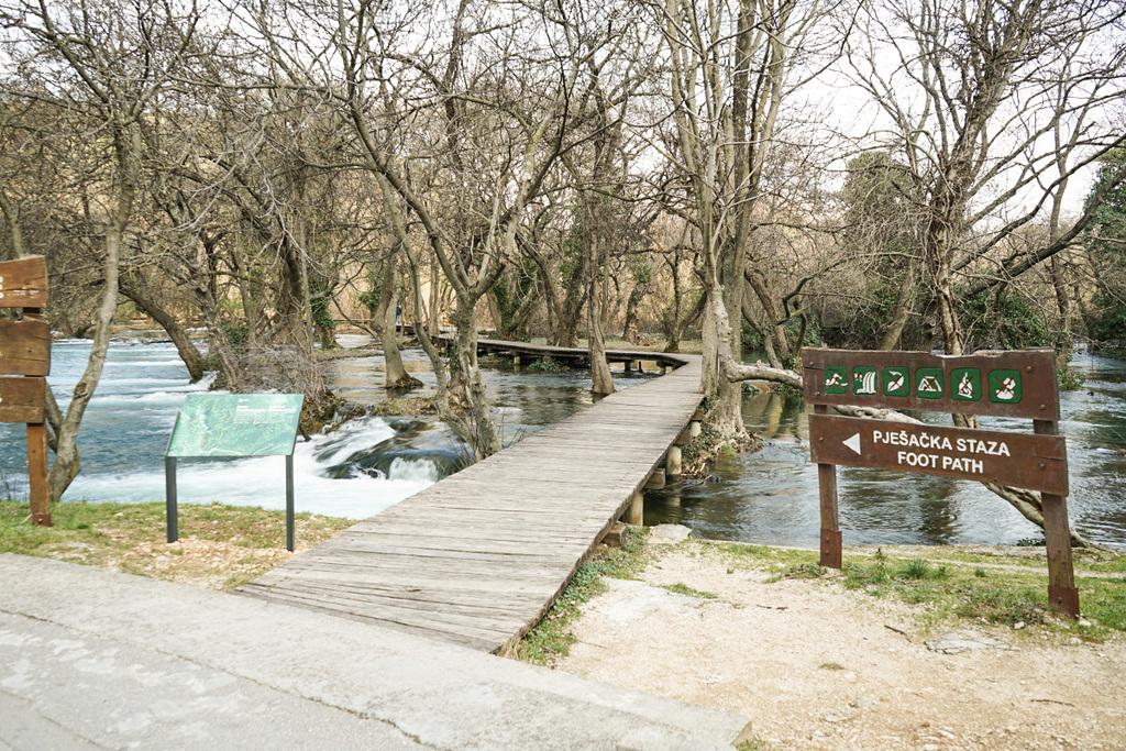 Steg über den Fluss und durch den Wald - Krka Nationalpark