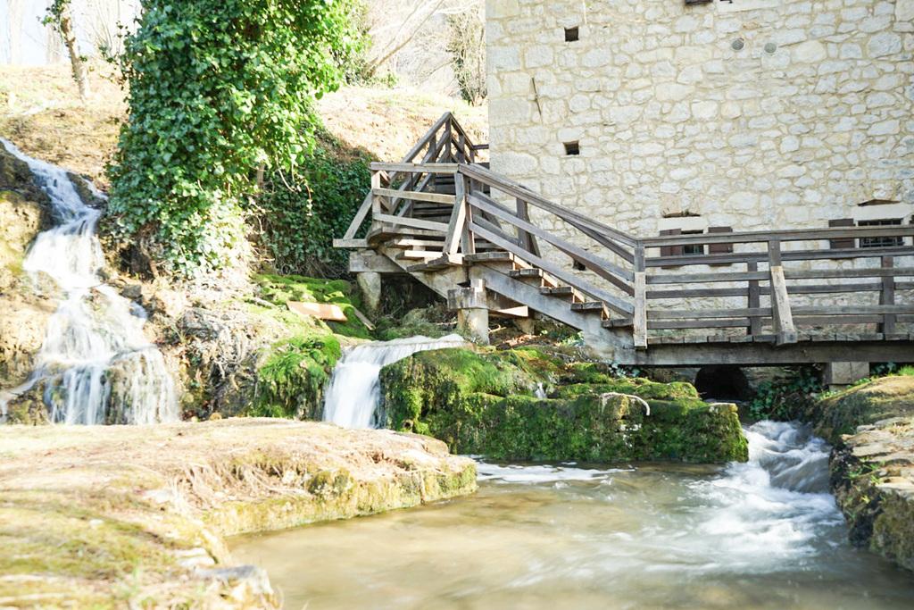 Treppe dem Haus entlang und Wasserlauf - Krka Nationalpark