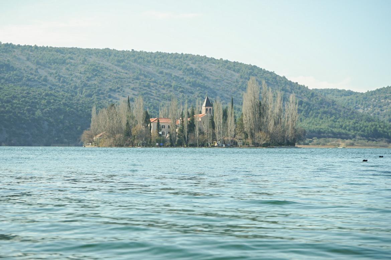 Insel auf See mit Kloster - Krka Nationalpark