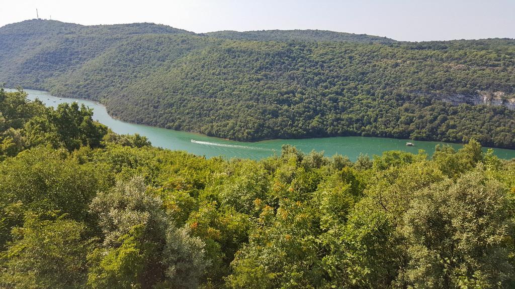 Grün bewachsene Hügel dazwischen türkisfarbener Meerarm - Sehenswürdigkeiten Kroatien