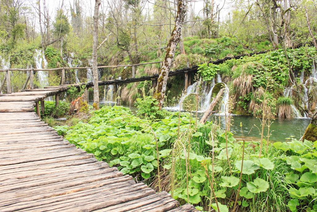 Holzstege führen vorbei an Wasserfällen - Kroatien Sehenswürdigkeiten