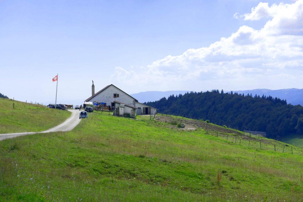Einzelnes Gasthaus mit wehender schweizer Fahne - Wandern in der Schweiz / Kurztrip Schweiz