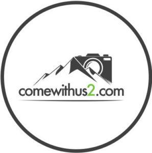 umkreistes Logo von comewithus2 mit Berg und Kamera