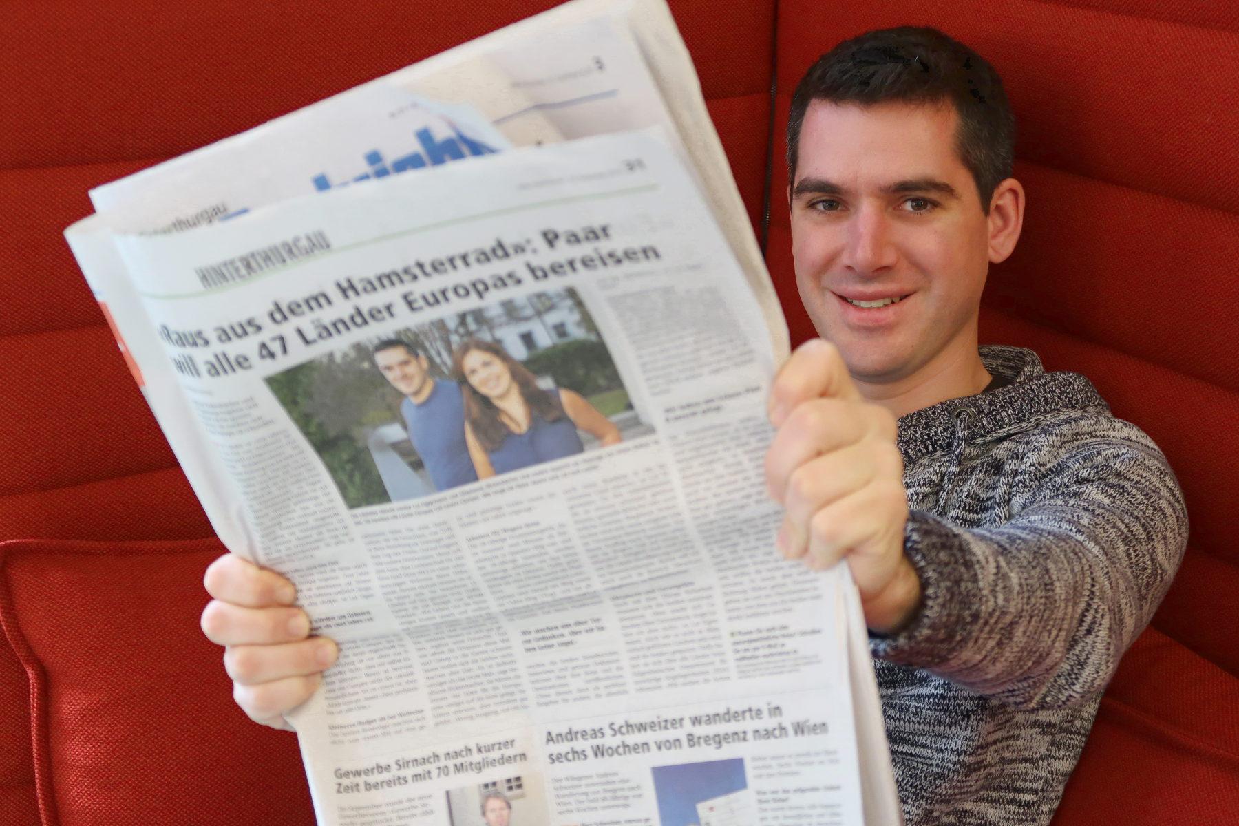 Lui hält Zeitung mit Bericht über uns vor sich - Interview Zeitung