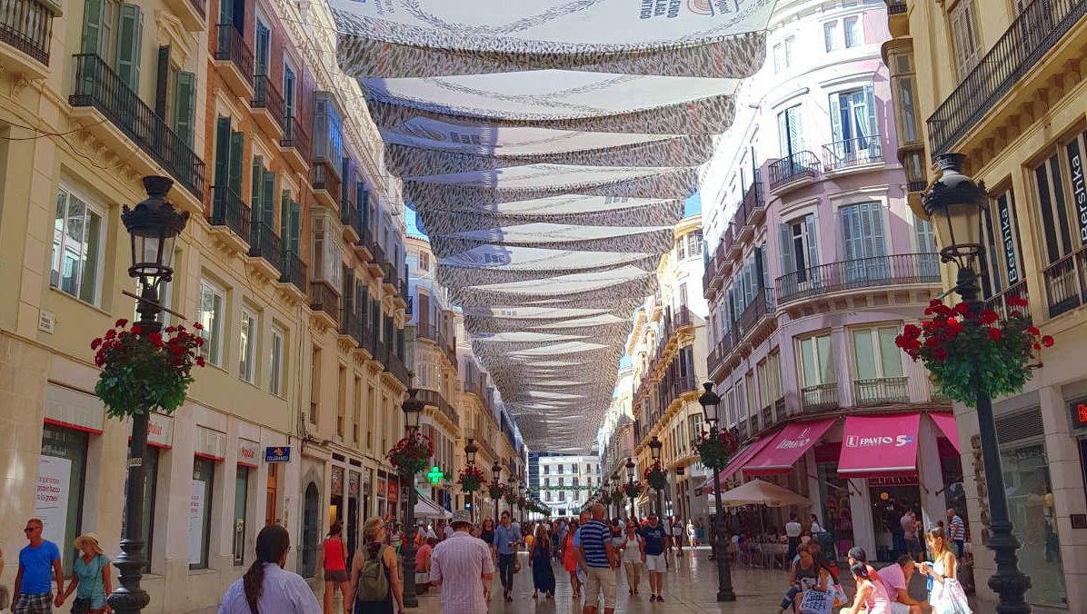 breite Fussgängerzone überdeckt mit Tüchern - Rundreise Andalusien