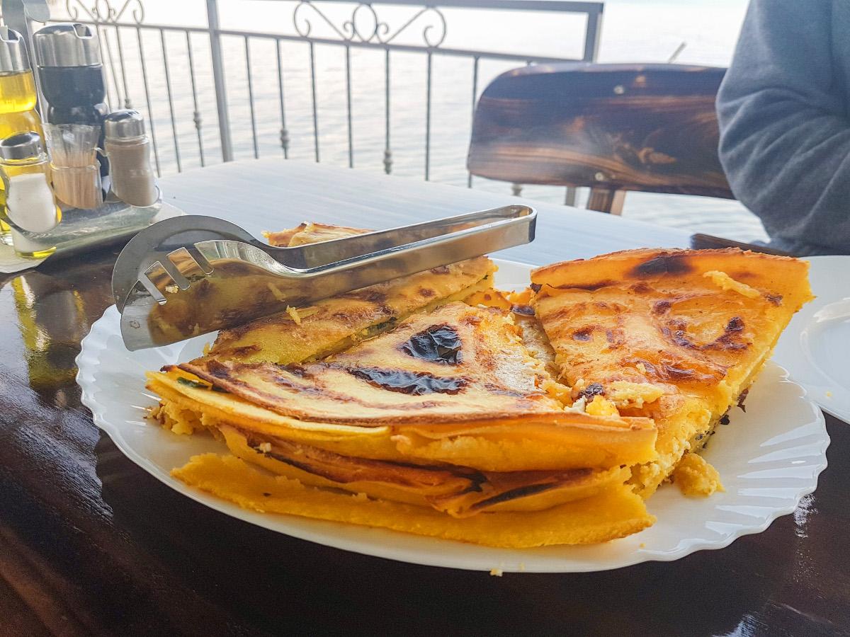 Maisfladen gefüllt am Ohridsee - Mazedonien Essen Spezialitäten