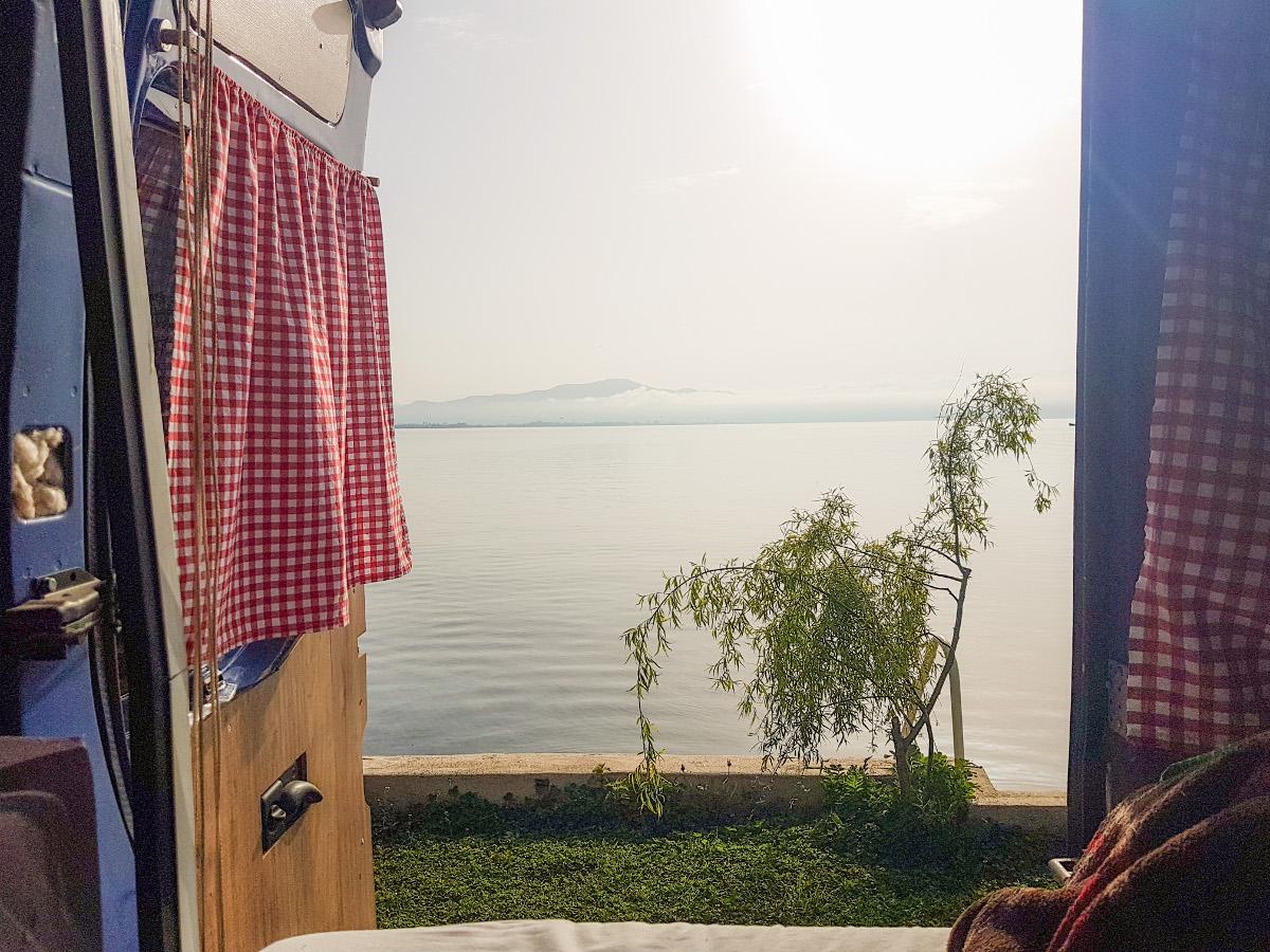 Offene Hintertüre und schon fast im Ohridsee - Mazedonien Camping