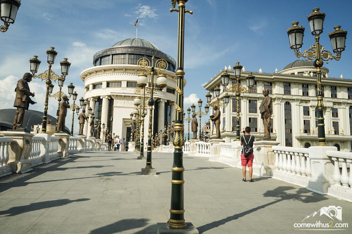 29 Statuen stehen auf dem Brückengeländer - Skopje erkunden