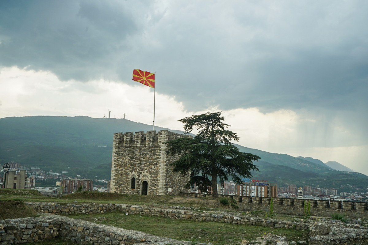 Turm in Burgmauer, Mazedonien-Flagge, pechschwarzer Himmel - Skopje besichtigen