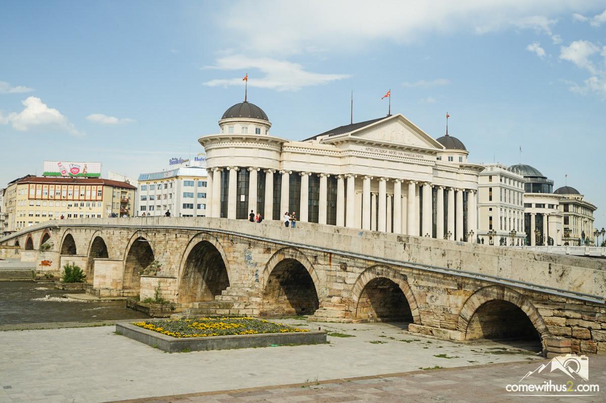 Steinbrücke über Fluss - Skopje